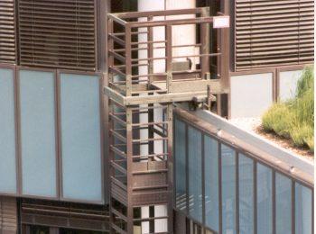 systém posuvných rebríkov s košom